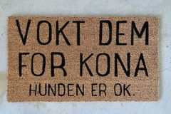 "Trend Design Dørmatte_""Vokt dem for kona"""
